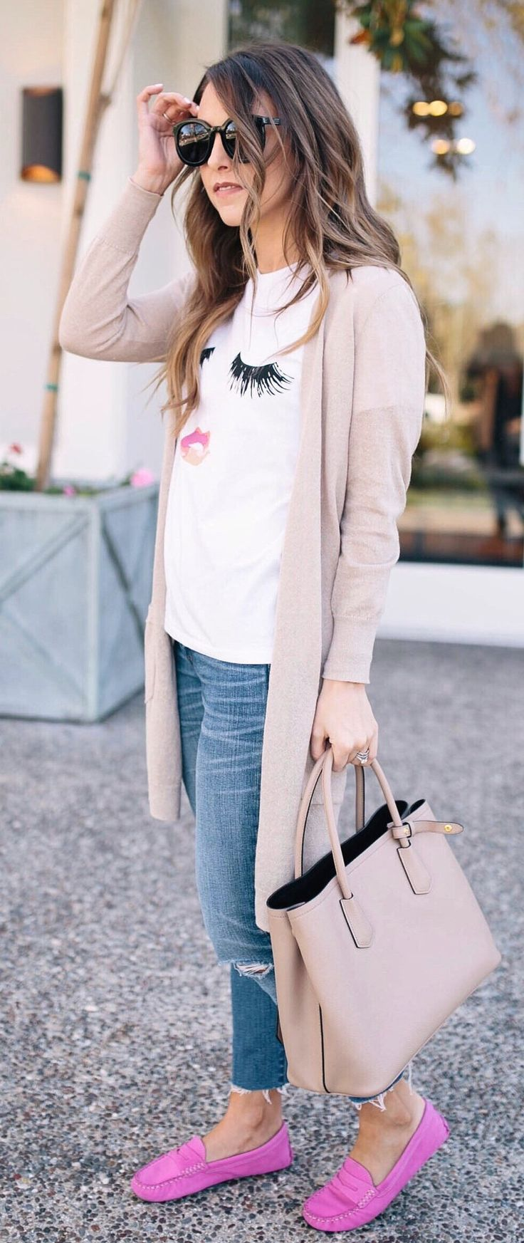 Beige Maxi Cardigan & White Printed Tee & Beige Leather Tote Bag & Pink Loafers & Ripped Skinny Jeans