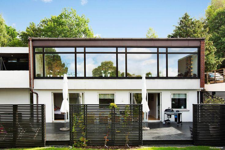 Välkommen till ett fantastiskt 60-tals hus med centralt läge i populära Sävedalen. Här får ni ca 210 m² fördelade på två plan, högt i tak, vackra fönsterpartier och tidstypiska inredningsdetaljer som ger husets dess karaktär. Fyra sovrum, vardagsrum...