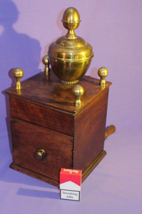 Antike Kaffeemühle, großer Trichter, Mahagoni, moulin a cafe, coffee grinder.