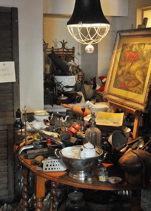 Daha önce Küçüksu'da çok severek ziyaret ettiğimiz antikacı Saadettin Bey, mağazasını Çukurcuma'ya taşımış.
