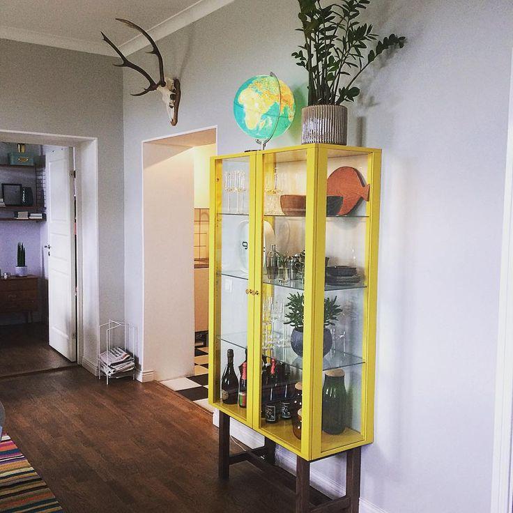 Gult är verkligen inte fult! Hade nog aldrig trott att man kunde bli kär i ett vitrinskåp, men vips så hände det.  #ikea#ikeastockholm#yellow#gul#gult#gultärintefult#hårdvaxolja#jordglob#horn#vitrinskåp#boifinkan