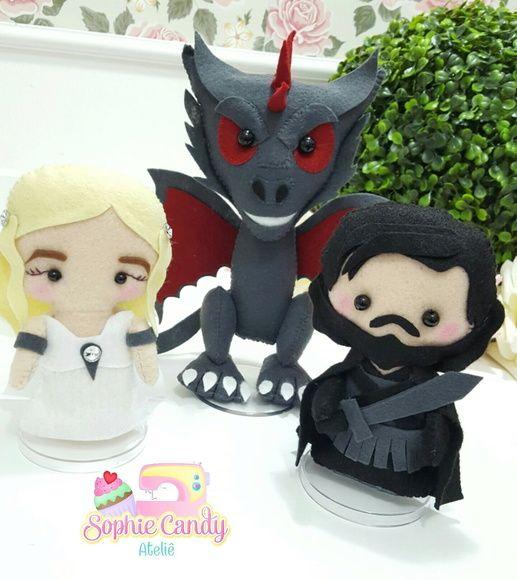Kit Game Of Thrones em feltro para Decoração  Daenerys, Drogon e Jon Snow.    Daenerys e Jon Snow possuem aproximadamente 15cm de altura.  Drogon possui aproximadamente 20cm de altura.  valor referente a 3 personagens.    Confeccionamos demais temas.  Consulte-nos!