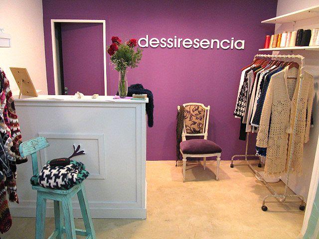 Mostrador con aplique en melamina blanca para locales de ropa