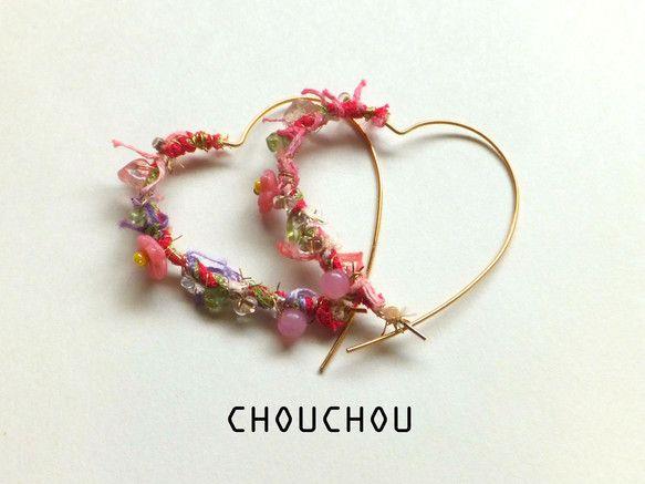 ハート型のフープピアスに、ピンクとグリーンを基調としたカラフルな春らしい色合いのアブリルの糸を巻きつけました。糸の上にはチェリークォーツやペリドットのさざれ石...|ハンドメイド、手作り、手仕事品の通販・販売・購入ならCreema。