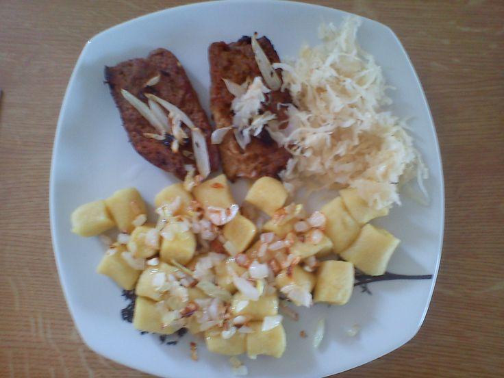 Sojové plátky, zelí a bramborové špalíčky