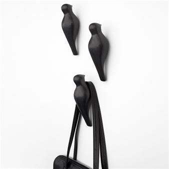 Hæng dit tøj på den stilfulde keramikknage Birds On A Wire i sort eller hvid, formet som en fugl på en telefonledning. Design Jantze Brogård Asshoff - JAB Design.
