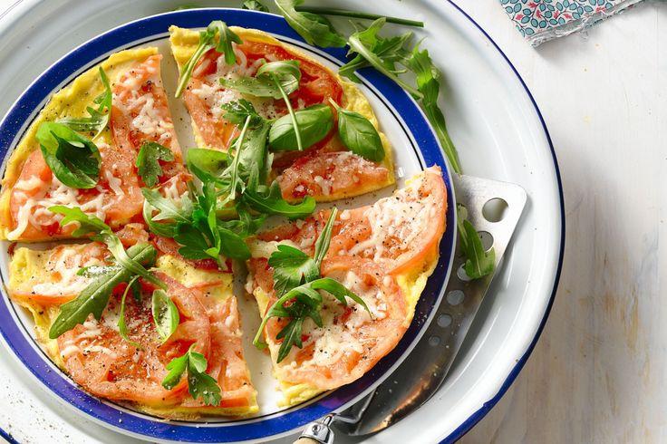 Een eenvoudig omeletje met frisse tomaten en kaas om je dag goed te starten, of serveer met brood voor een simpele en toch smaakvolle lunch.