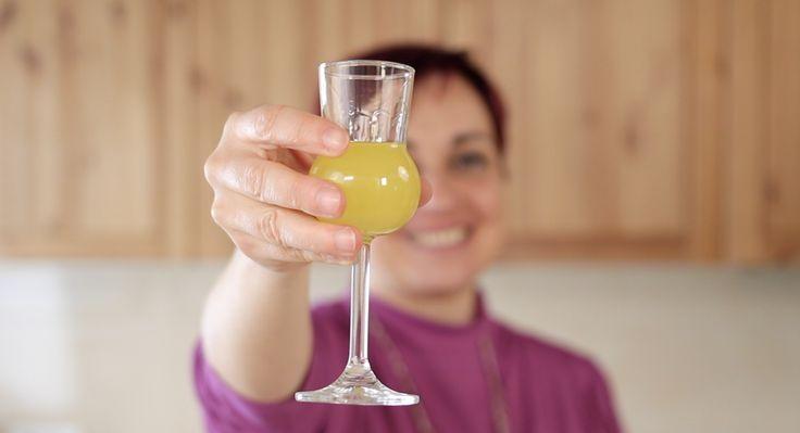 Limoncino o limoncello, un liquore buonissimo da gustare dopo i pasti, o da aggiungere a macedonie, al gelato, o per la preparazione di dolci.