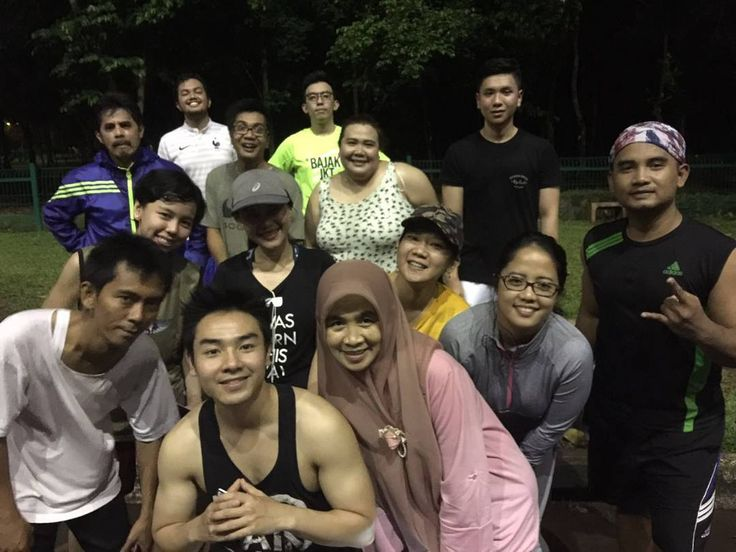 With office mates running @ GBK  Demi apa kl pose nya begini ototnya jadi gede hahaha  biggest bicep in town  #fun #run #running #night #workout #sport #friends #office #mates #squaready #man #calisthenic #calisthenicsmovement #muscle #flex #training #sports #sixpack #squaready #squad #fitlondoners #fit #health #healthy #indobarian #strenght by hanifmulki