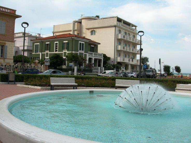 Senigallia, piazza della libertà con la fontana post-moderna, una villetta liberty e un palazzo moderno (anni 60-70, credo, dalla struttura), giugno 2014.