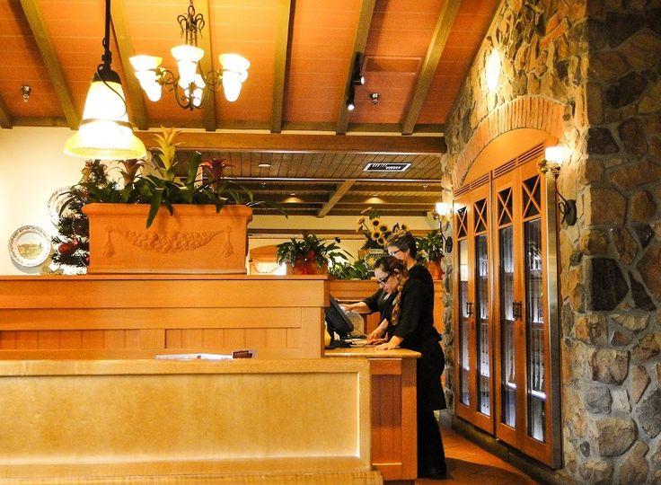 Na recepção já dá para perceber os detalhes da típica decoração italiana.
