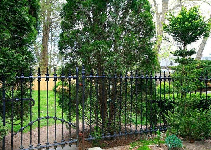 ideas de jardín con valla negra