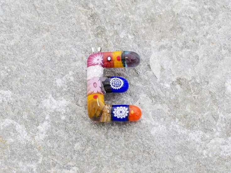 Lettera E  Iniziale in vetro di murano. Ciondolo pendente, colori vari con murrine inserite.