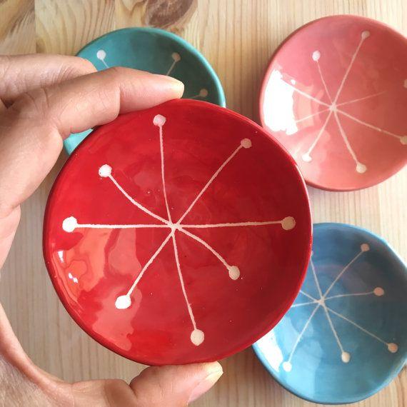 Piattino in argilla colore rosso col disegno di una stella