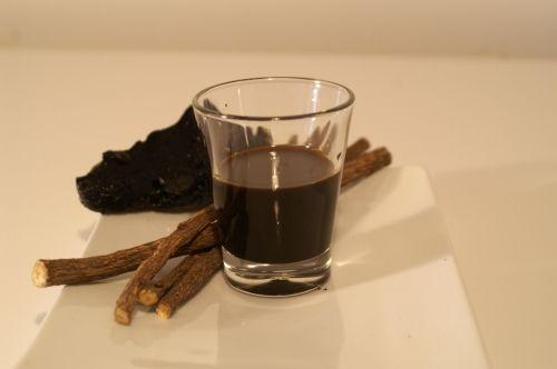 """Il liquore di liquirizia: """"anima nera"""" calabrese, da fare anche in casa."""