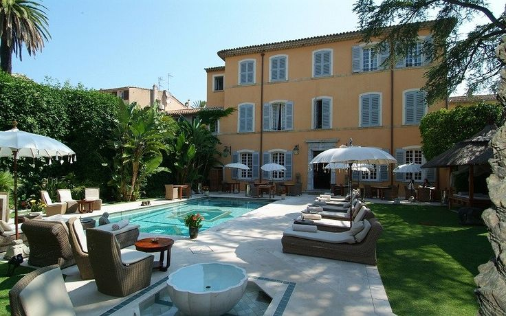 Hotel en la Costa Azul:  Saint Tropez #SaintTropez  #PanDeïPalais  #palacio   #camasbalinesas  #doseles #jardín #hotel #costaazul
