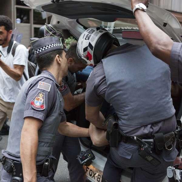 PM detém mascarados durante protesto contra Temer em SP