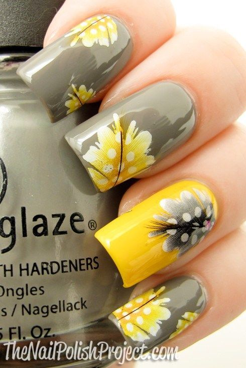 unhas decoradas com flores amarelo e cinza