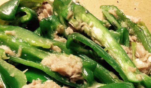 ひと袋100円を切ることも珍しくない、夏のピーマン。旬のものは栄養価も上がりますから、ぜひ積極的に食べていきたいのですが… 肉詰めでしょ、チンジャオロースでしょ、野菜炒めに、やきそばに…意外と副菜にさっと作れるレシピがない⁉︎ 実は、Twitterで生まれた「無限ピーマン」は、簡単なのに美味しすぎる