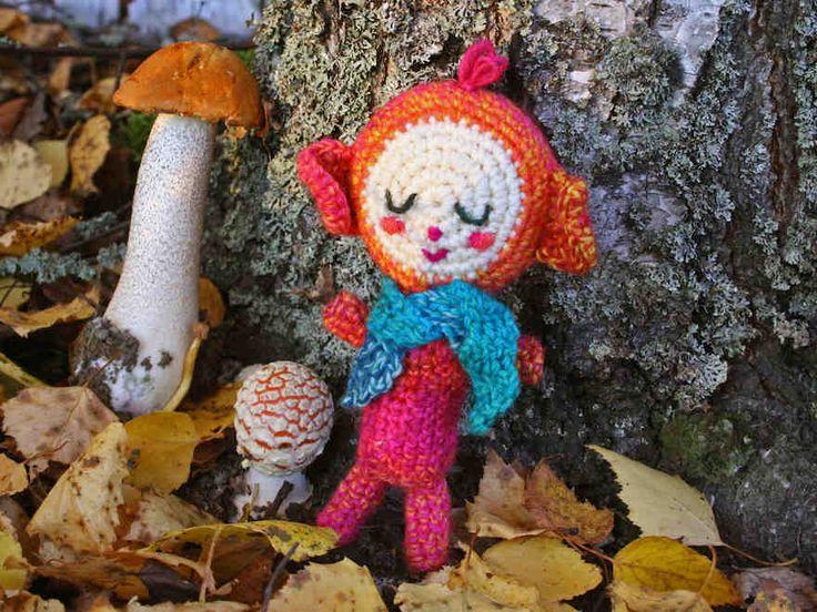 Pieni veikeä virkattu amigurumi-nukke on helppo virkata vaikka langanlopuista. Hahmon värejä ja kasvonpiirteitä voi muuttaa helposti.