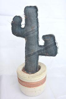 une Housse pour ma Pomme - un cactus en jeans de récup, fausses épines en fin fil de cuivre, pot fait en mortier (moule de récup également et ciment blanc) avec liseré fait à la bombe effet métallique cuivre. Hauteur : 25 cm environ.