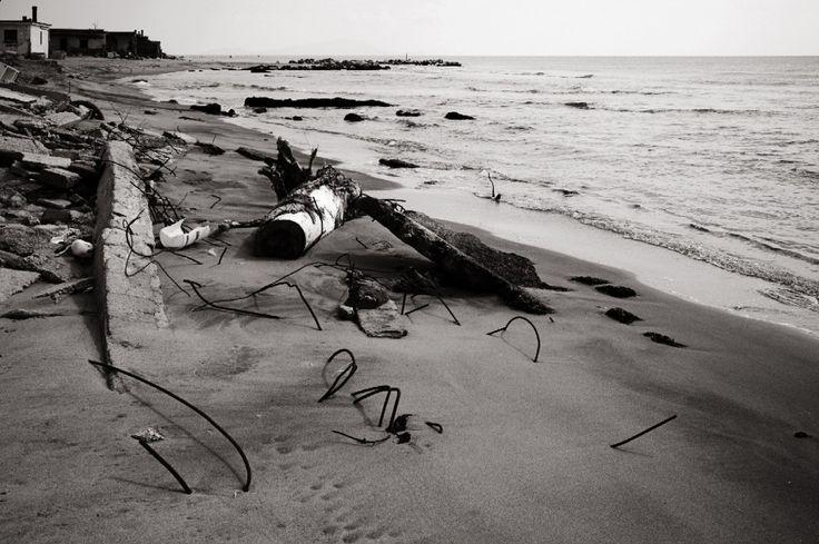 Solo il mare riesce a demolire le case e i lidi abusivi di Castel Volturno. Siamo a Bagnara, località  balneare che affaccia sul fiume Volturno e sul Tirreno, dove i rifiuti si  mescolano ai detriti, alle sbarre di ferro e ai blocchi di cemento. Qui si può  ammirare il trionfo de