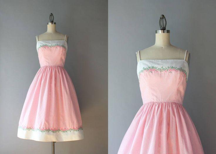 Absoluut schattig, begin jaren 1960 katoenen jurk door Lanz. De roze en wit gecontroleerd jurk heeft smalle riemen en een borstbeeld van wit piqué en zoom, beide bijgesneden in bloemen borduurwerk. De rok is verzameld en vol en heeft een witte organdy die functioneert als een ingebouwde petticoat voering! Het lijfje is bekleed in witte katoenen en de jurk sluit aan de achterkant met zelf-stof knopen.  ◊ voorwaarde: geweldig! Het heeft een zeer, zeer kleine, flauw vergeelde plek aan één kant…
