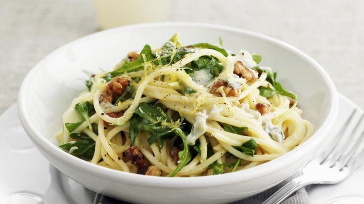 Interessante Aromenmischung - fix serviert! - Pasta mit Rucola, Walnüssen und Zitrone | http://eatsmarter.de/rezepte/pasta-mit-rucola-walnuessen-und-zitrone