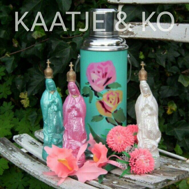 Holy Kitsch... Wijwaterflesjes in roze, mint, ivoor & blauw (niet op de foto): www.kaatje-en-ko.com
