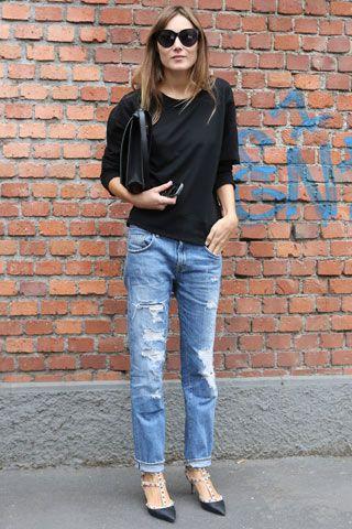 Valentino, Borsa a cartella, jeans strappati e sandali di Valentino con borchie.