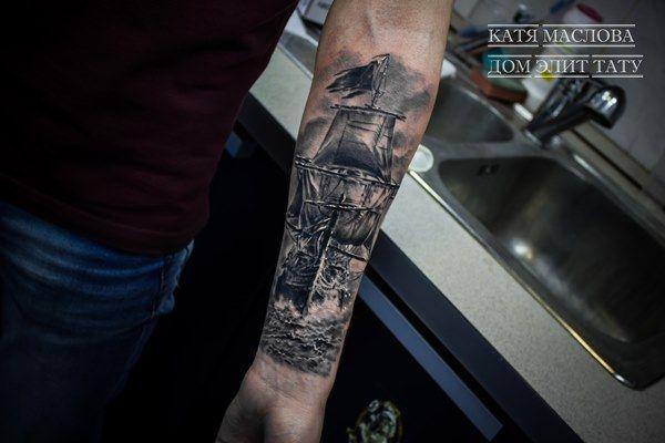 Чёрно-белая татуировка корабль на предплечье в стиле реализм
