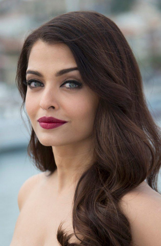 Cannes 2015: Aishwarya Rai Bachchan stuns in maroon at 'Jazbaa' launch