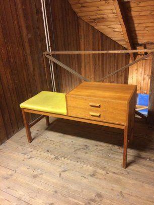 Säljer klassisk hatthylla, fyra retro stolar klädda i blå plysch, en funkis hallmöbel i teak pga flytt  Nostalgi-hatthylla, designad av Gunnar Bolin. Speci...