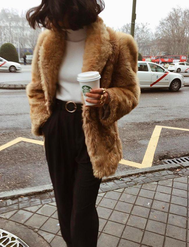 Rien de tel qu'une veste en fausse fourrure pour réchauffer le duo sous pull/pantalon large taille haute !