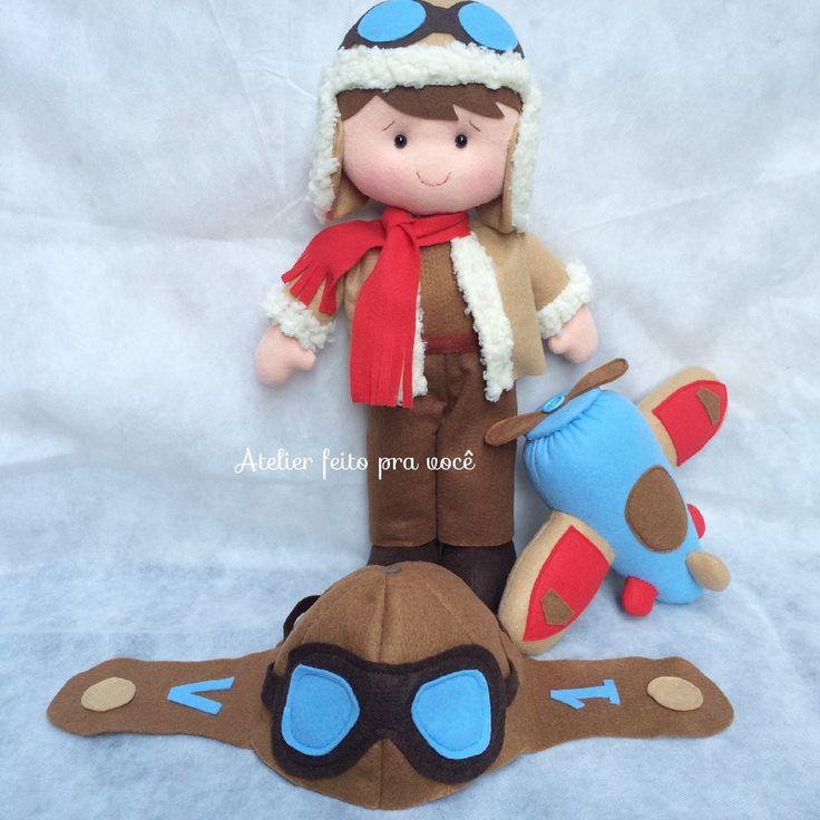 Kit Aviador com :    1 boneco de 40cm que fica em pé sozinho  1 touca que serve para crianças de 1 a 3 anos personalizado com a inicial e idade do aniversariante.  1 avião que mede aprox. 20x27    Todos confeccionados em feltro    ** Preço especial da touca aviador para lembrancinha pedido mínimo...