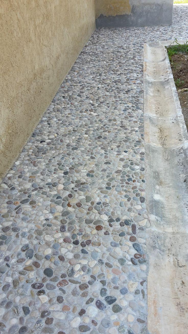Oltre 25 fantastiche idee su pavimentazione da giardino su - Pavimento in ciottoli esterno ...