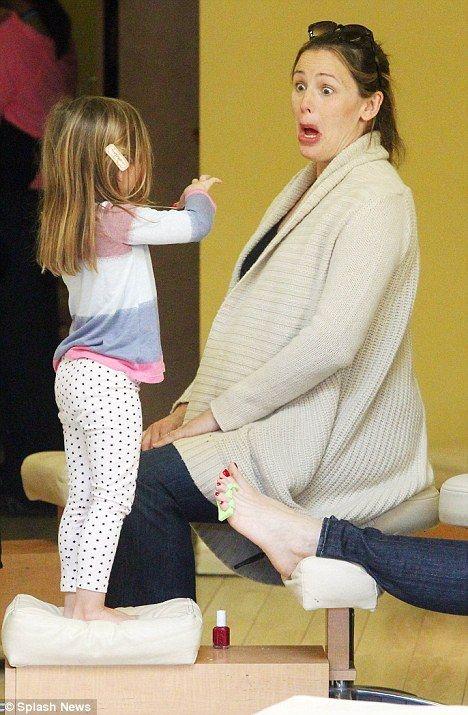Seraphina Affleck se fait faire les ongles avec Maman