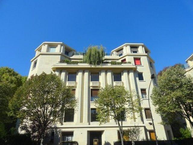 Woning met tuin te koop in Parijs, 16e arrondissement, Frankrijk. Elegante 3 slaapkamer woning met 168 m2 woonruimte met een goed onderhouden tuin op het zuiden in een historisch gebouw uit 1931. Paris 16 - Metro Avenue Henri Martin - Een elegant...