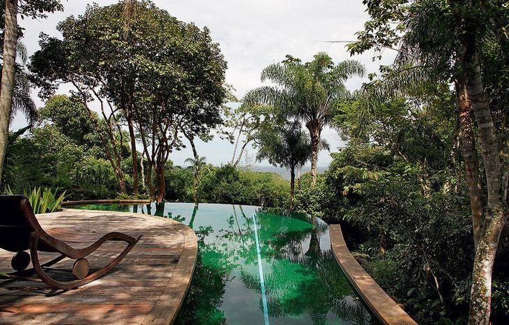 A visão da piscina suspensa é surpreendente: abraçada por árvores aéreas, ela tem nada menos que o mar ao fundo. A forma foi idealizada pelo arquiteto Ricardo Ferri