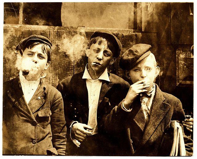 Tupakkipojat >   TUPAKKIPOJAT     Tupakointi aloitettiin jo nuorena, kuten tekevät nämä pojat vuonna 1910 - St. Louis, Missouri, USA. Photograph by Lewis Wickes Hine, 9.5.1910.