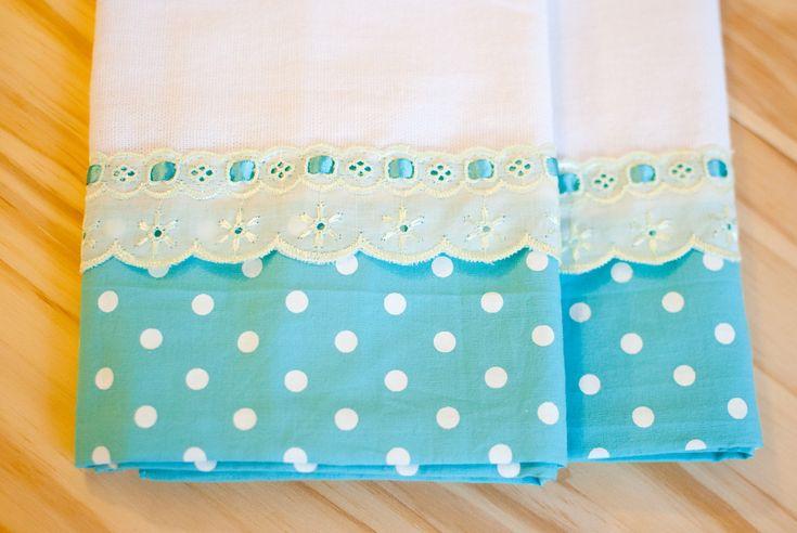 Pano de prato com aplicação em tecido costurada à mão. Conjunto de 02 unidades Pronta entrega. Aceitam-se encomendas.