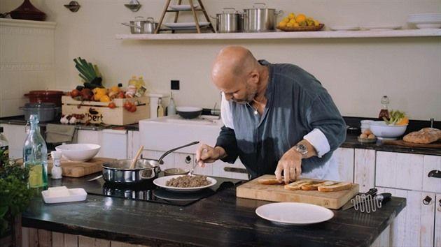 Návštěva by si měla nejen nacpat pupík, ale také si užít hostitele. Pohoštění by tedy mělo být jednoduché, aby vám hosté jen nekoukali v kuchyni na záda a vy se nepotili v zástěře u plotny. I jednoduché pokrmy mohou být dokonalé a není problém je připravit doma, v tom má šéfkuchař Zdeněk Pohlreich pravdu.