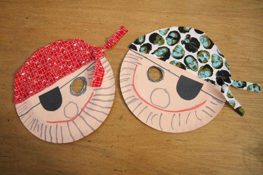 Piráti z papírových tácků