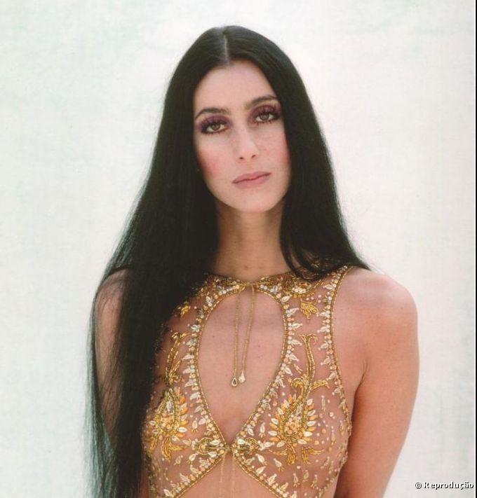 Ícone eterno de beleza e estilo, Cher marcava a diferença com suas maquiagens nos anos 60 e 70