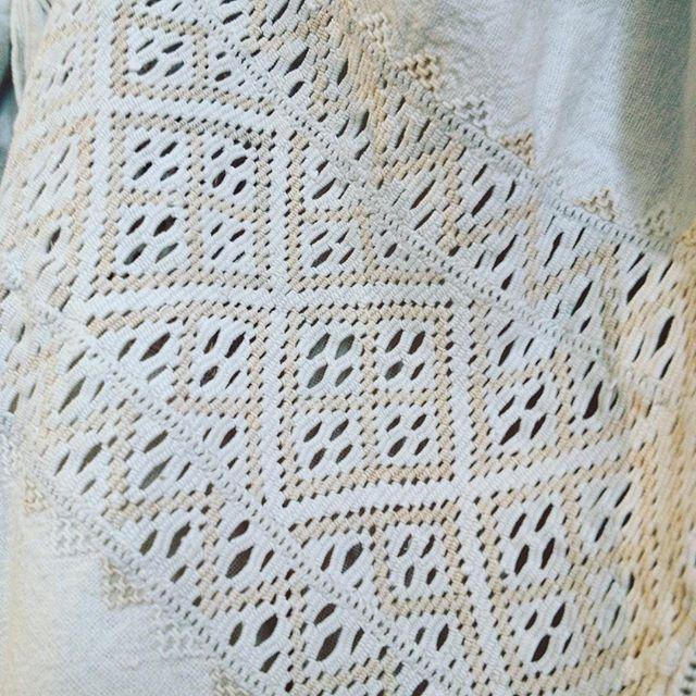 #сорочка Східного Поділля, Вінничина. Неймовірна #мережка шабак на полику (верхня частина рукава) жіночої #сорочки #вишивка #handstich #ukrainianembroidery #embroideryart #prekrasastudio #etno #folk