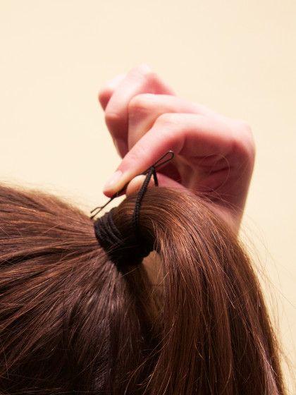 Drehe die Haarnadel dann vertikal zu deinem Kopf.