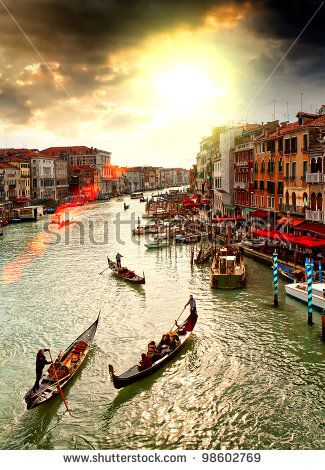 Лодки и гондолы на Большом канале Венеции, Италия.