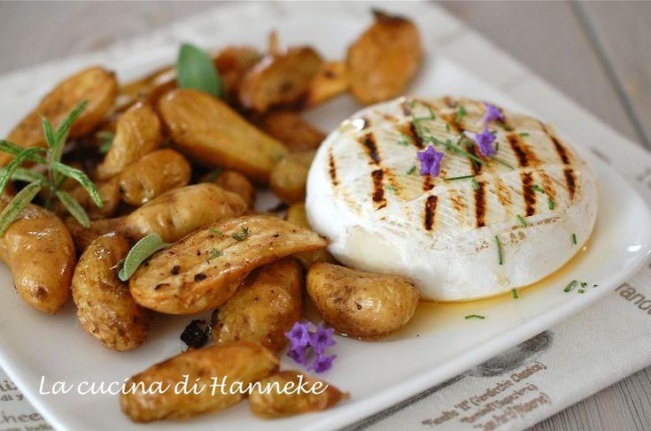 Un piatto semplice, ma molto gustoso: le patate alle erbe aromatiche, accompagnate da un tomino alla griglia con miele e fiori di lavanda.