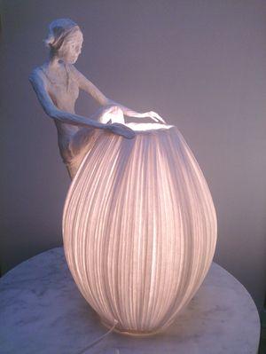 Papier à êtres, poésies sculptées. Sophie Mouton-Perrat et Frédéric Guibrunet donnent vie au papier. Il devient sous leurs doigts sculptures, voici une de leur création Princesse . réalisé en papier
