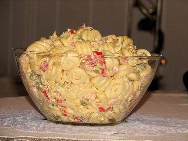 Przepyszna, sycąca i aromatyczna sałatka z pięknie prezentującymi się w misce makaronikami - ślimaczkami ;) Oprócz makaronu, w sałatce znajdziemy jeszcze chrupiącą czerwoną paprykę, cebulę, sycące jajka, groszek, no i duuużo czosnku :) Przepis na sałatka czosnkowa z makaronem tortellini.